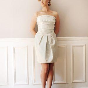 DIANE - Robe en satin duchesse de soie avec bustier plissé et jupe à plis tulipe.