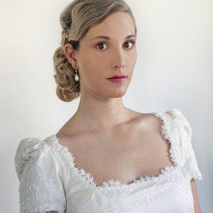 IRIS - Robe droite en satin duchesse de soie et dentelle perlée.