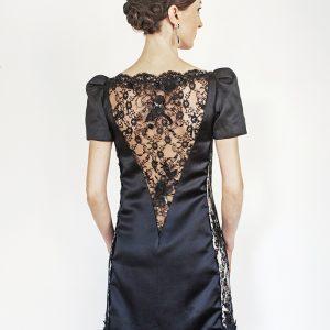 OMBLINE - Robe droite en satin duchesse de soie et dentelle perlée.