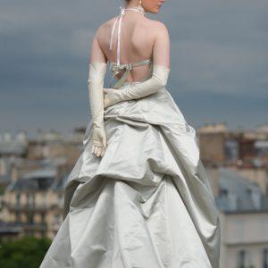 LOUVRE - Robe bustier corsetée en satin duchesse de soie, jupe bouillonnée et dentelle rebrodée.