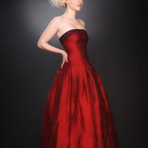 MATIGNON - Robe bustier corsetée en soie sauvage avec rebord brodé de perles et jupe à plis creux.