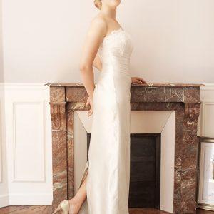 TUILERIES - Robe bustier corsetée droite en satin duchesse de soie et incrustation de dentelle rebrodée.