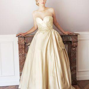 VERSAILLES - Robe bustier corsetée en satin duchesse de soie et incrustation de dentelle de calais au fil d'or.