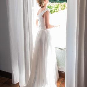 MARINE - Robe corsetée en mousseline et piqué, bordée d'un galon de tulle brodé utilisé également pour le contour du voile en tulle de 3,5 mètres.