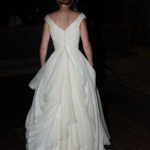 HUMBELINE - Robe en mousseline de soie avec plissage en cache coeur et décolleté en V dans le dos et sur les épaules devant. Voile à l'ancienne en tulle et dentelle de calais.