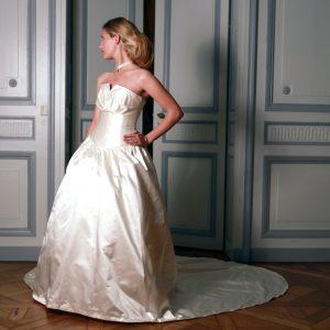 AUDE - Robe de mariée en satin duchesse de soie, bustier corseté en nénuphar et boléro en dentelle.