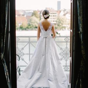 ANINA - Robe en satin duchesse de soie corsetée, bustier recouvert d'applications de dentelle de calais. Ceinture et noeud. Crédit photo: David & Kathrin photography and film