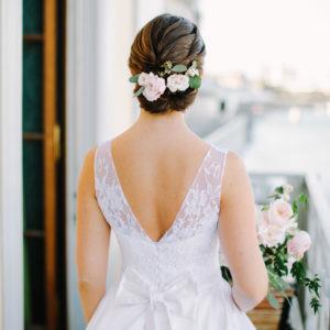 ANINA - Robe en satin duchesse de soie corsetée, bustier recouvert d'applications de dentelle de calais. Ceinture et noeud.