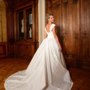 MODELE BRISSAC - Robe de mariée en doupion de soie avec bustier corseté, laçage intérieur, boutonnage extérieur. Travail de plissage en cache-coeur sur le bustier et sur la jupe, grande traîne et bretelles plissées amovibles. Doublure en pongé de soie.