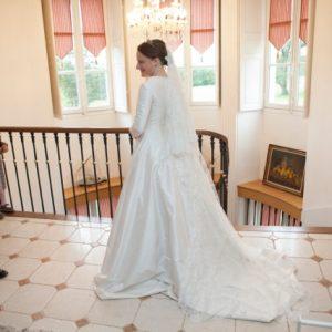 CLAIRE - Robe de mariée en doupion de soie avec traîne à godets et encolure bateau au bord froncé.
