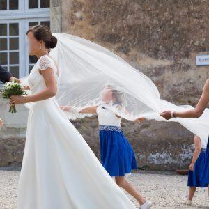 CALIXTE - Robe en crêpe de soie et dentelle de calais avec une ceinture en satin duchesse de soie voile en tulle bordé de dentelle de calais de 3,5m.