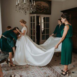PAULINE - Robe en mikado de soie et manches en dentelle de calais rebrodée. Crédit Photo Angélique Provost L'amour à la française.