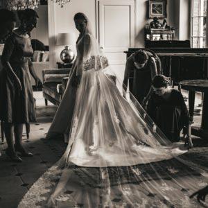 PAULINE - Robe en mikado de soie et manches en dentelle de calais rebrodée. Voile en tulle de 4,5 mètres brodé à l'ancienne de dentelle de calais. Crédit Photo Angélique Provost L'amour à la française.