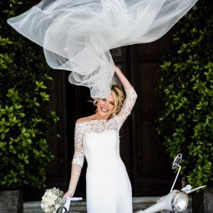 VICKY - Robe de mariée bustier en crêpe de soie avec incrustation de dentelle de calais. Haut amovible décolleté aux épaules, manches 3/4 et petits boutons. Voile long en tulle simple.