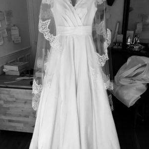 Victoire - Robe en radzimir de soie et dentelle de calais. Bustier cache-coeur et jupe à plis creux. Décolleté plongeant dans le dos et voile bordé de dentelle assorti.