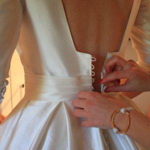 ISABELLE - Robe en mikado de soie manches 3/4 décolleté dos carré, plis creux et ceinture plissée. Voile en tulle simple.