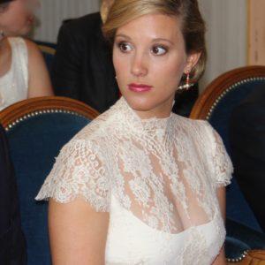AMICIE - Robe de mariage civil en crêpe de soie et dentelle de calais ornée d'une ceinture en satin duchesse et ribambelle de boutons.