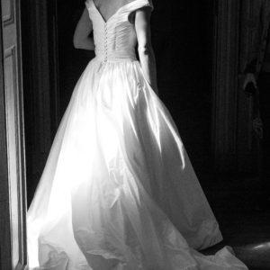 INGRID - Robe en doupion de soie avec bustier plissé en cache-coeur et décolleté sur les épaules. Voile en tulle point d'esprit.