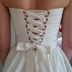 JULIA -  Robe bustier de mariage civil  en faille de soie avec laçage à ruban dans le dos et plissage en coquillage sur la poitrine. Jupe froncée et petit boléro manches 3/4