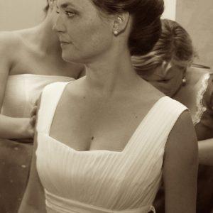 MARIELLE - Robe de mariée taille empire en mousseline de soie, plissée à la poitrine et petites ceintures en satin duchesse. Grande traîne amovible en satin duchesse.