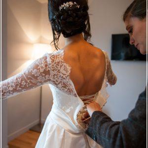 ALEXANDRA - Modèle Chambord en satin duchesse de soie et dentelle de calais avec décolleté en V dans le dos. Voile de 4m bordé d'un galon de dentelle.