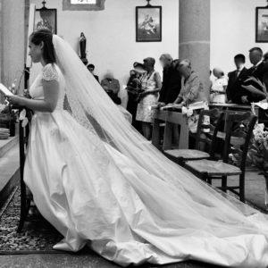 MAYLIS - Robe corseté en satin duchesse avec bustier plissé à la taille et à la poitrine. Jupe avec plis creux et plis plats. petites manches en dentelle.