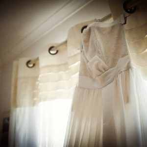 NATHALIE - Robe de mariée en mousseline de soie et bustier corseté en dentelle chantilly. Traîne en mousseline partant du haut du bustier et ceinture en satin de soie.