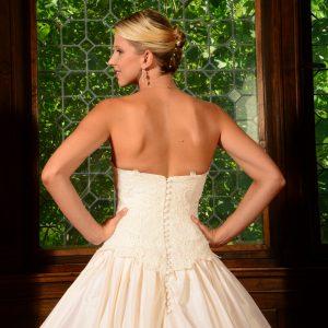 MODELE SAUMUR - Robe de mariée en taffetas de soie et doublée en pongé de soie. Bustier recouvert de dentelle rebrodée. Petit haut en dentelle amovible, manches 3/4.