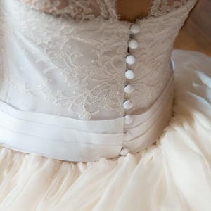 CORINNE - Robe droite corsetée en triple organza et dentelle chantilly avec surjupe amovible en organza satin bordée de dentelle chantilly. Voile en tulle et dentelle chantilly de 4 mètres. ©Sylvain Malmouche