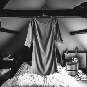 TIFFANY - Robe courte droite de mariage civil en crêpe de soie et bordures en dentelle de calais, encolure bateau, décolleté dans le dos et manches 3/4