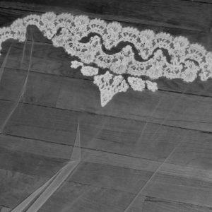 Voile bordé de dentelle de calais rebordée et incrustation de motifs.