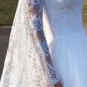 GERSENDE - Robe de mariée corsetée avec le bustier recouvert de dentelle rebrodée, décolleté V devant et dos, manches longues et jupe trapèze en organza.