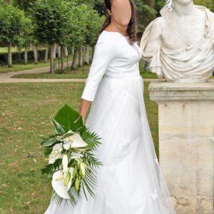 ANNE-DAUPHINE - Robe en crêpe et plumetis avec manches 3/4 et empiècements sur le décolleté devant et dos en transparence. Incrustation de broderie sur la jupe.
