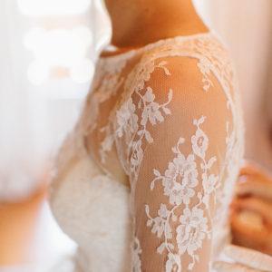 INES - Robe bustier ballerine en tulle et dentelle de calais. Top manches longues en dentelle amovible et voile en dentelle assortie.
