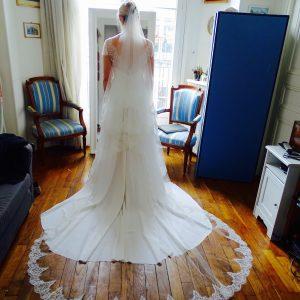 ALIX - Robe de mariée taille empire en crêpe de soie et dentelle chantilly. Voile en tulle bordé de dentelle chantilly.