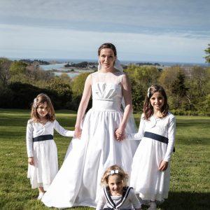 CLARISSE - Robe de mariée bustier, corsetée en satin de coton, empiècement à la taille en piqué de coton et encolure amovible en organdi. Voile court en tulle bordé de dentelle rebrodée.