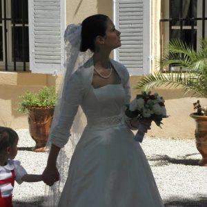 DAUPHINE - Robe de mariée bustier corseté en satin duchesse de soie, ceinture en gros grain brodée de perles et boléro manches 3/4 avec plissage au revers.