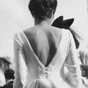 LOUISE - Robe de mariée en crêpe de soie avec l'encolure et le bord du décolleté dos plissés en mousseline de soie et une petite traîne également en mousseline de soie. Voile simple en tulle.