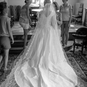 ML - Robe de mariée en doupion de soie, bustier corseté avec plissage et bretelles basses.