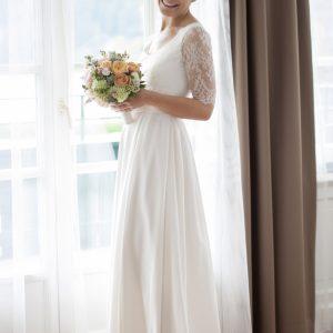 MYRIAM - Robe de mariée en crêpe de soie et dentelle chantilly, ceinture en satin duchesse de soie. Jupe évasée en plis creux.
